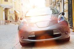 Современный автомобиль будучи припаркованным в центре города Стоковые Фото