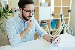 Современный азиатский предприниматель на работе в офисе Стоковая Фотография
