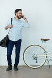 Современный азиатский человек говоря телефоном в улице Стоковые Фотографии RF
