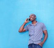 Современный африканский человек говоря на сотовом телефоне стоковая фотография