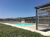 Современный бассейн на солнечный день стоковое фото