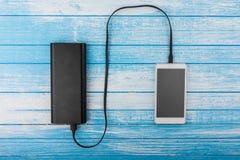 Современный белый умный телефон при, который стекли батарея подключенная к большому e стоковые изображения rf