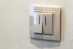 Современный белый двойной выключатель на стене, поворачивает дальше или поворот  Стоковая Фотография