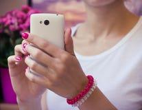 Современный белый мобильный телефон с камерой в женских руках с pur Стоковые Изображения