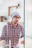 Современный бизнесмен держа цифровой планшет пока приходящ вне от его стоковые изображения rf