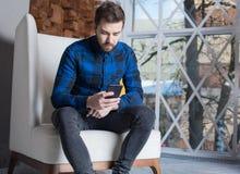 Современный бизнесмен используя посыльный на мобильном телефоне стоковое фото rf