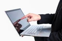 Современный бизнесмен нося черный костюм Держать компьютер или l Стоковые Фото