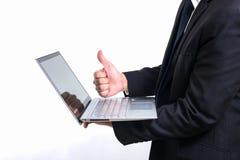 Современный бизнесмен нося черный костюм Держащ большие пальцы руки руки вверх Стоковое Изображение