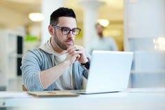Современный бизнесмен работая с компьтер-книжкой Стоковое Изображение