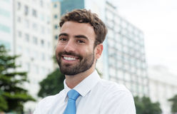 Современный бизнесмен с бородой и голубая связь в городе Стоковое Фото