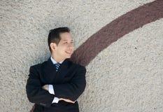 Современный бизнесмен усмехаясь outdoors стоковые изображения