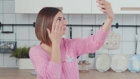 Современный блоггер женщины фотографирует на телефоне видеоматериал