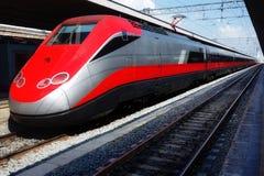 Современный быстроходный поезд останавливает железнодорожный вокзал Стоковые Фотографии RF