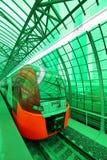 Современный быстроходный поезд Lastochka Меньшее кольцо железных дорог MCC Москвы, или MK MZD, Россия Стоковое фото RF