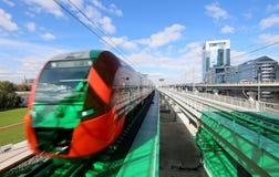 Современный быстроходный поезд & x22; Lastochka& x22; Меньшее кольцо железных дорог MCC Москвы, или MK MZD, Россия Стоковое Фото