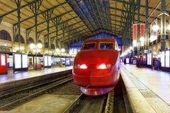 Современный быстрый поезд пассажирского поезда на станции. Стоковая Фотография RF