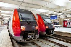 Современный быстрый поезд пассажирского поезда на станции. Стоковая Фотография