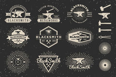 Современный винтажный логотип значка кузнеца и Metalworks Стоковое Изображение