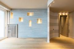 Современный вход квартиры с серыми нашивками на стене стоковая фотография
