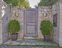 Современный вход дома с цветочными горшками Стоковое Фото