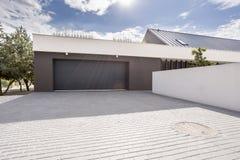 Современный гараж с большой подъездной дорогой стоковые фотографии rf