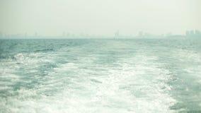 Современный городской горизонт Обваловка ландшафта города с очень высокими небоскребами взгляд от моря, 4k, нерезкость сток-видео
