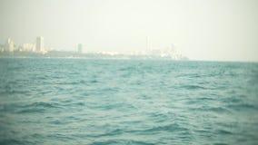 Современный городской горизонт Обваловка ландшафта города с очень высокими небоскребами взгляд от моря, 4k, нерезкость акции видеоматериалы