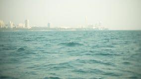 Современный городской горизонт Обваловка ландшафта города с очень высокими небоскребами взгляд от моря, 4k, нерезкость видеоматериал