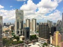 Современный город здания на более яркий день неба Стоковые Изображения RF