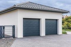 Современный двойной гараж для автомобилей стоковое фото rf