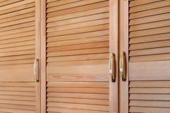 Современный деревянный шкаф в классическом деревенском стиле Детали случая шкафа с дверями планки штарки Интерьер загородного дом стоковая фотография rf