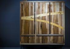 Современный деревянный шкаф сделанный различных видов древесины используя var Стоковое Фото