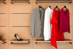 Современный деревянный шкаф с одеждами и ботинками Стоковые Фотографии RF