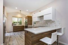 Современный дизайн кухни в remodeled доме стоковые фотографии rf