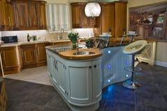 Современный домашний интерьер кухни с красивым островом стоковая фотография