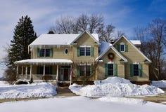 Современный дом в снеге стоковые фотографии rf