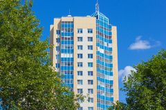 Современный дом мульти-квартиры против голубого неба Стоковое Изображение RF