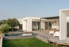 Современный дом с бассейном сада и деревянной палубой стоковое изображение rf