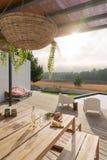 Современный дом с бассейном сада и деревянной палубой стоковые изображения