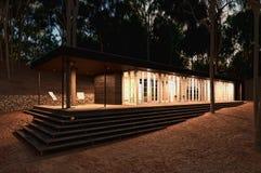 Современный деревянный дом в лесе. стоковые фотографии rf