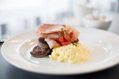 Современный завтрак кухни служил в малом сохраняя опарнике Стоковое фото RF