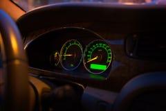 Современный загоренный зеленый пульт управления автомобиля, дисплей приборной панели Стоковое фото RF