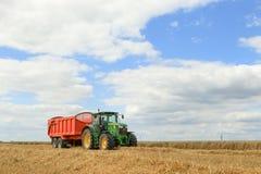 Современный зеленый трактор John Deere с большим небом Стоковое фото RF