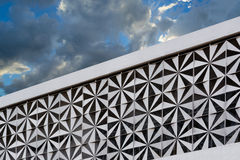 Современный дизайн архитектуры и голубое небо Стоковые Изображения RF