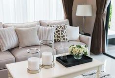 Современный дизайн живущей комнаты с софой и лампой Стоковое фото RF