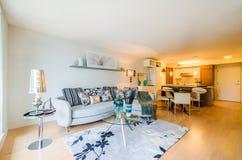 Современный дизайн интерьера прожития и столовой Стоковое Фото
