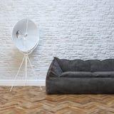 Современный дизайн интерьера с уютной черной софой и освещением Стоковая Фотография