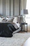 Современный дизайн спальни в черно-белой цветовой схеме с moder стоковое фото rf