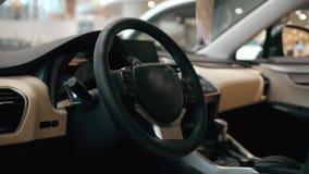 Современный интерьер автомобиля с кожаными и деревянными деталями сток-видео