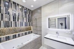 Современный интерьер ванной комнаты в новом доме Стоковая Фотография